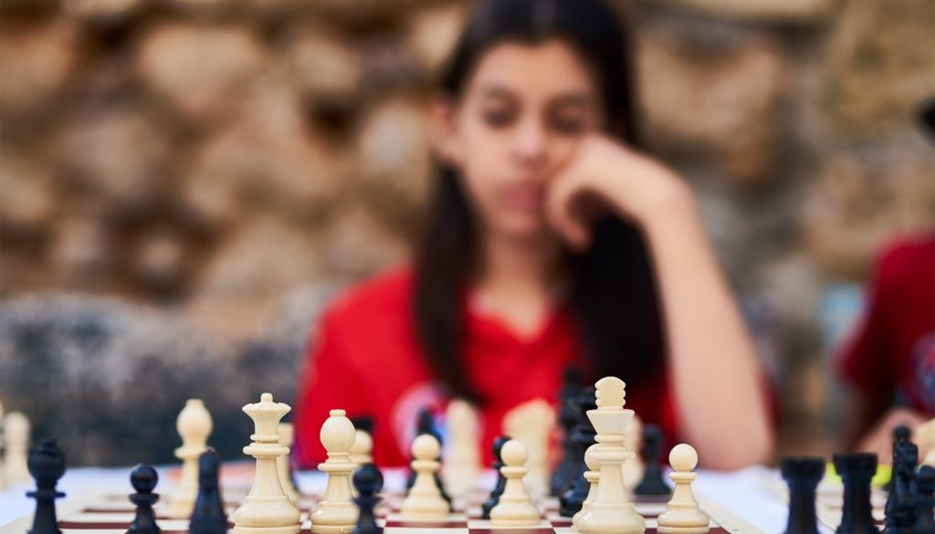 woman-playing-chess-2283803